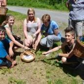 Schüler auf Kräutersuche im Rankweiler Frutzwald