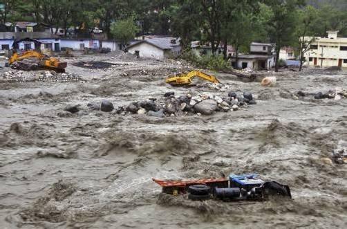 Die durch den Monsunregen verursachten Fluten rissen Häuser, Bagger und Lkw mit. Foto: AP