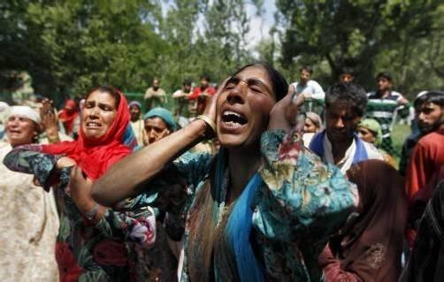 Diese Frau trauert auf einer Massenbeerdigung um eine Angehörige. Foto: Reuters