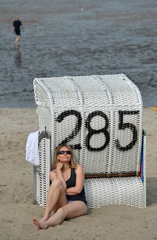 Eine junge Frau sonnt sich am Montag (10.09.2012) an einem Strandkorb an der Nordsee bei Hooksiel (Landkreis Friesland). Foto: Carmen Jaspersen dpa/lni +++(c) dpa - Bildfunk+++