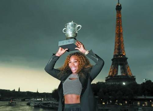 Elf Jahre nach ihrem ersten Paris-Triumph durfte sich Serena Williams wieder vor dem Eiffelturm fotografieren lassen. Foto: REUTERS