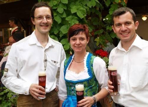 Gastgeberpaar mit Gemeindeoberhaupt: Juniorchef Gunther Wetzel mit Bettina (l.) und Martin Summer . Fotos: SIE