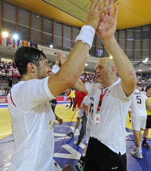 Groß war die Freude bei Lucas Mayer (l.) vom Klub A1 Bregenz mit ÖHB-Teamchef Patrekur Johannesson. Foto: gepa