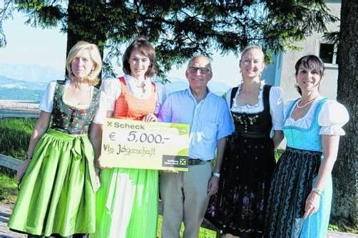 Jägermeister Ernst Albrich konnte die stolze Summe von 5000 Euro an Pink-Ribbon-Botschafterin Sonja Wallner (2. v. l.) übergeben.