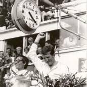 Jochen Rindt (r.) mit Masten Gregory bei der Siegerehrung 1965.