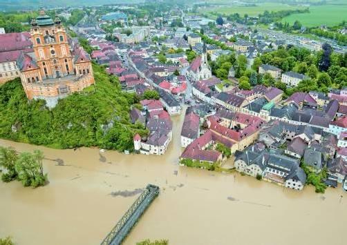 Melk. Wie eine Insel wirkt der Hügel mit dem weltberühmten Stift. Die Stadt darunter wurde von der Donau geflutet, der Hauptplatz war später nur noch mit Booten passierbar. Foto: APA