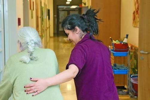 Mitarbeiter in der Langzeitpflege haben oft mehr als nur Betreuungsaufgaben zu leisten. Foto: VN/Paulitsch