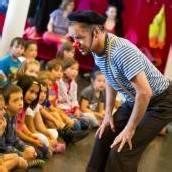 Als Preis fürs Lesefest stürmte Clown Dido die Schule