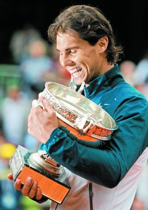 """Rafael Nadal mit """"seinem"""" Pokal: Der spanische Sandplatzkönig ist der erste Spieler auf der ATP-Tour, der bei einem einzelnen der vier Major-Turniere acht Mal triumphieren konnte. Foto: GEPA"""