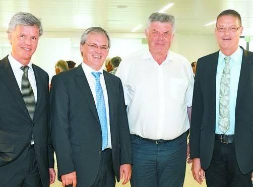 Spitalsdirektor Gerald Fleisch (l.) mit Landesrat Harald Sonderegger sowie Bürgermeister Mandi Katzenmayer und Landesrat Christian Bernhard.