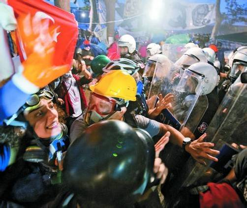 """Türkische Regierung droht: """"Die Polizei ist da. Wenn das nicht reicht, die Gendarmerie. Wenn das nicht reicht, die türkischen Streitkräfte."""" Foto: Ap"""