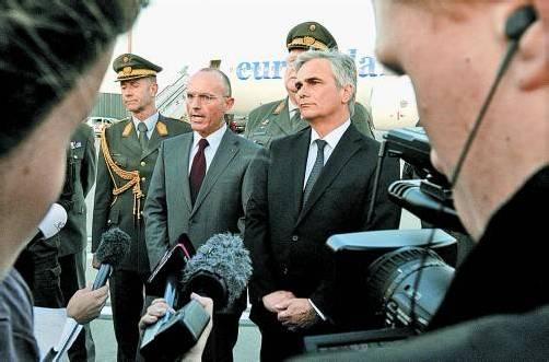 Vergangene Woche empfingen Bundeskanzler Faymann (r.) und Verteidigungsminister Klug in Wien die ersten Soldaten vom Golan. Foto: APA