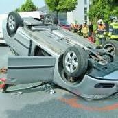 Auto blieb mitten auf der Straße auf dem Dach liegen