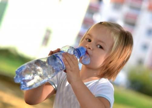 Auch Kinder brauchen bei Hitze genügend Flüssigkeit. adobestock