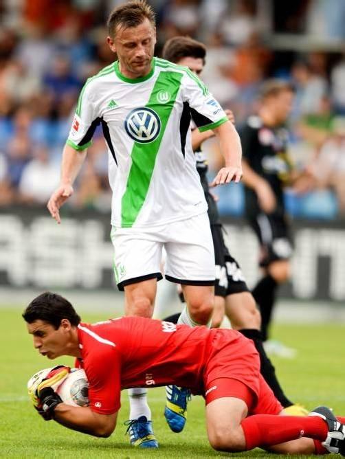 Altachs Torhüter Martin Kobras greift sich reaktionsschnell den Ball vor dem heranstürmenden Wolfsburg-Stürmer Ivica Olic. Foto: gepa