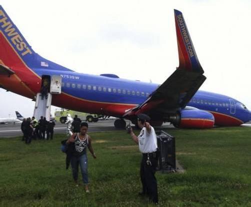 Diese Szenen ereigneten sich am LaGuardia-Flughafen in New York. Alle Passagiere wurden über Notrutschen aus der Maschine geleitet.