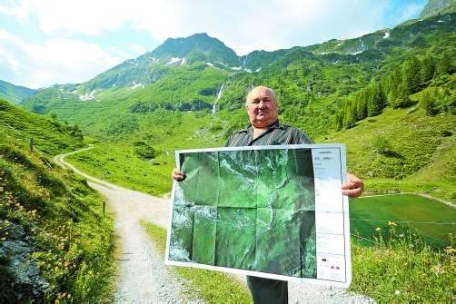Ein Plan und die Wirklichkeit: Werner Dobler erklärt die Problematik der Flächenmessung. Foto: vn/hartinger