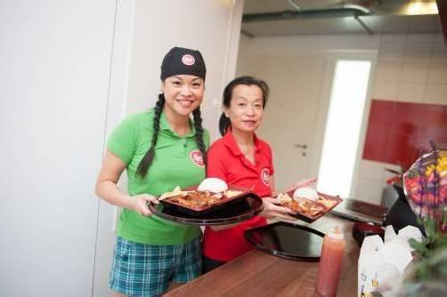 Gastgeberin Li-Shiang Lin-Chiu mit ihrer Tochter Kathy. Foto: ber