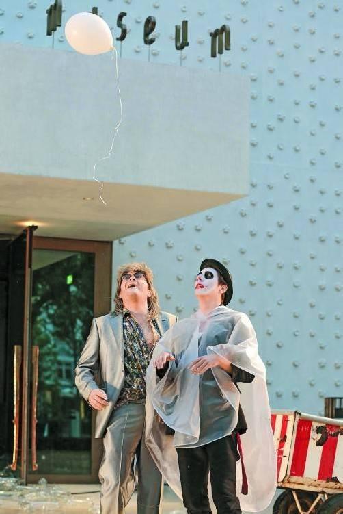 Kooperation, die nach Fortsetzung verlangt: Szene aus dem Handke-Projekt des Landestheaters vor der Fassade des Vorarlberg Museum. Foto: LT/Anja Köhler