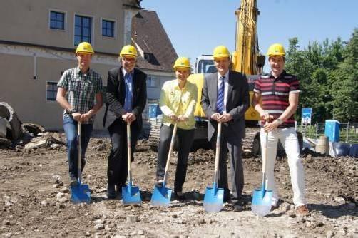 Stefan Riedmann, Architekt Wolfgang Ritsch, Bürgermeisterin Andrea Kaufmann, Wolfgang Zumtobel und Dieter Moosmann (v. l.). Foto: eh