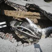 Straße eingebrochen: Auto stürzt drei Meter in die Tiefe