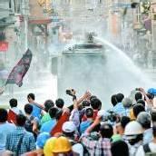 Mit Wasserwerfer und Tränengas gegen friedliche Demonstranten