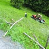 Tödlicher Unfall Frau unter Traktor eingeklemmt /B1