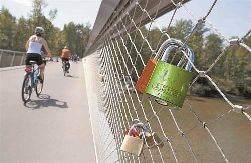 """""""Beschlossene"""" Verbundenheit: An das Maschendrahtgeländer der Radbrücke, die Bregenz und Hard verbindet, haben einige Paare ihre Liebesschlösser angebracht.  Foto: VN/Paulitsch"""