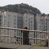Felsenvilla auf Hochhaus muss weg