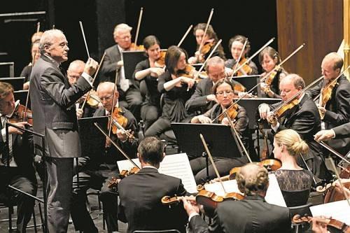 """Adám Fischer bot mit den Wiener Symphonikern am gestrigen Vormittag einen begeisternden """"Gruß aus Wien"""". Foto: Bregenzer Festspiele/Mathis"""