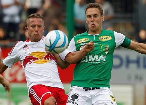 Andi Bammer (l.) erzielte im August 2013 in Lustenau drei Tore. Christoph Stückler (r.) ist gewarnt. Foto: gepa