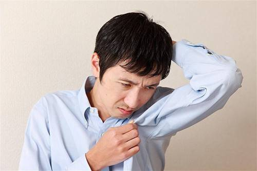 Auch ein Schweißfleck unter dem Arm zählt zu den Pannen bei einem Bewerbungsgespräch. foto: fotolia