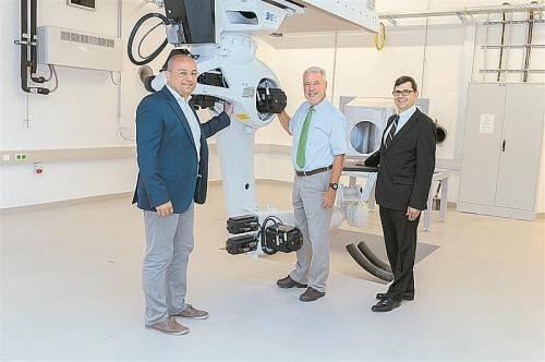 Aufsichtsratsvorsitzender der EBG MedAustron Klaus Schneeberger und die Geschäftsführer Bernd Mößlacher und Thomas Friedrich mit dem ersten Positionierungsroboter.
