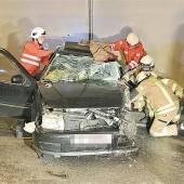 Auto kollidierte im Tunnel mit Sattelschlepper