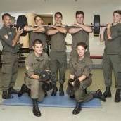 Sechs starke Männer in ihrer neuen Uniform