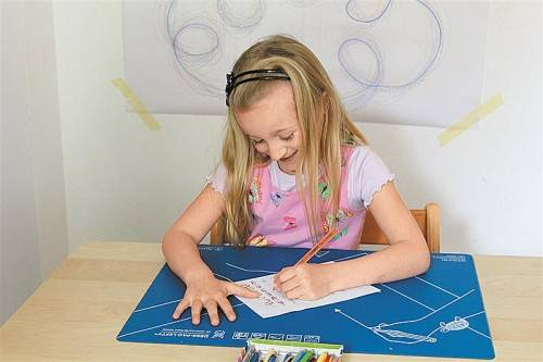 Eine lockere Schreibhaltung erleichtert Linkshändern die Arbeit deutlich. Fotos: verein