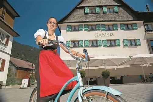 Auch Katharina vom Hotel Gams erledigt ihre Botengänge mit dem hauseigenen Fahrrad. Foto: l. Berchtold