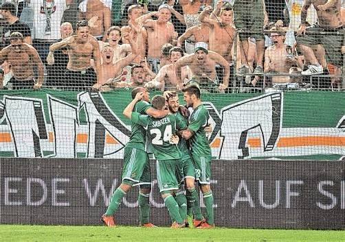 Jubel bei den Rapid-Spielern und den Fans: Nach dem Sieg gegen Asteras Tripolis steht man im Play-off der Europaliga. Foto: apa