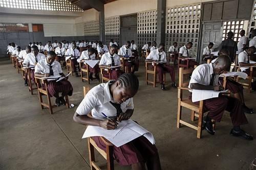 """Keiner der 25.000 Bewerber hat die erforderliche Punktezahl geschafft. Staatspräsidentin Sirleaf spricht von """"nationalem Notstand"""". Foto: epa"""