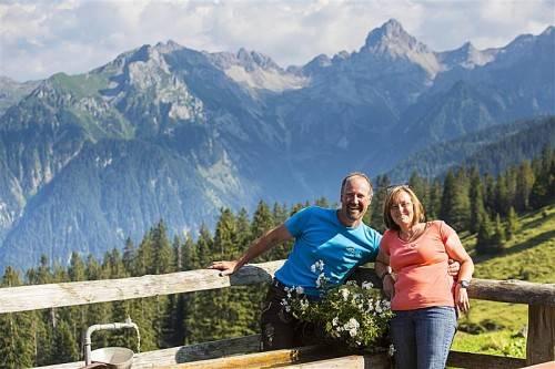 """Manfred und Andrea Jenny laden kommenden Sonntag auf die Furkla zum """"Älplar""""-Brunch ein. Fotos: mk"""