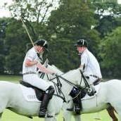 Prinz William spielt Polo und kauft Babywindeln