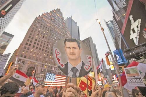 Syrer demonstrieren auf dem Times Square mitten in New York: Sie stehen Assad nahe und lehnen einen Militärschlag gegen ihn ab. Foto: REUTERS