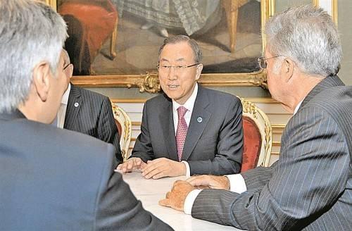 UN-Generalsekretär Ban Ki-moon im Gespräch mit Kanzler Faymann (l.) und Bundespräsident Fischer (r.) in Wien. Foto: AP