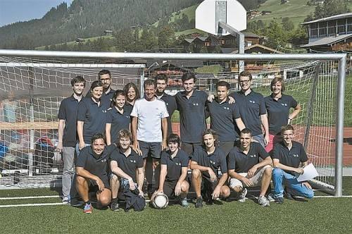 """Wissenschaftsminister Töchterle (im weißen T-Shirt) mit dem """"Club Alpbach Vorarlberg"""". Foto: Grabenweger"""