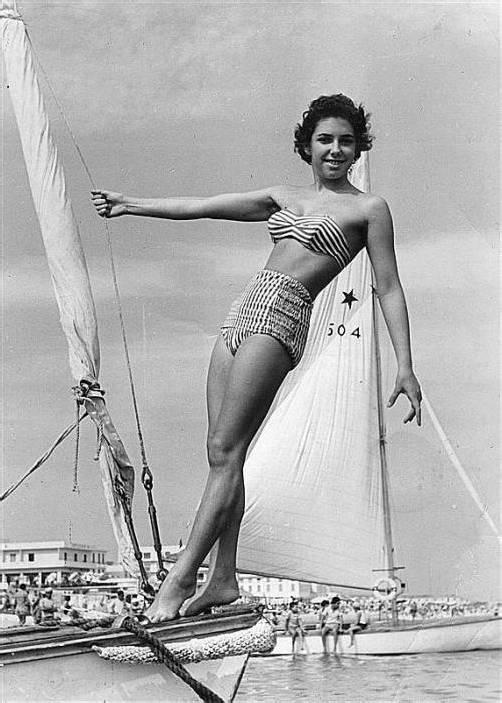 In einem auch derzeit höchst angesagten Matrosen-Bikini stach Marianne Stückler aus Dornbirn, damals zarte 17 Jahre alt, anno 1957 im italienischen Cattolica in See.