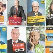 Spitzenkandidaten lächeln in Deutschland von den Wahlplakaten