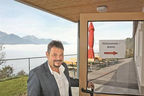 """""""Hier gehts rein"""": Der Dünserberger Bürgermeister und Wahlleiter Walter Rauch bat zum Urnengang über der Nebelgrenze. Foto: VN/J stadler"""