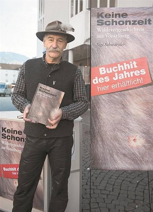 """""""Ländle-Indiana Jones"""" Sigi Schwärzler und sein Hauptwerk """"Keine Schonzeit"""". Foto: Beate Rhomberg"""