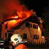 Dachstuhl in Flammen: Familien retteten sich
