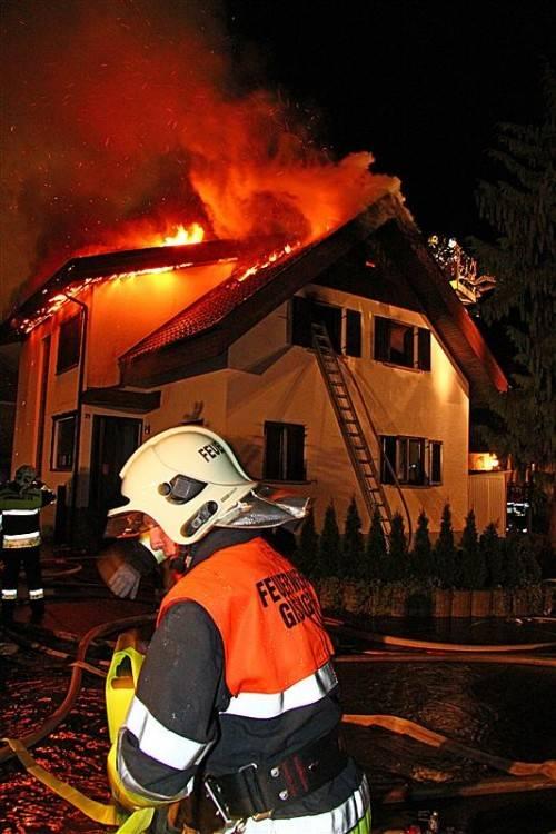Als die Feuerwehrleute um 3 Uhr früh am Einsatzort in Gisingen eintrafen, schlugen die Flammen bereits aus dem Dachstuhl. Foto: vol.at/pletsch